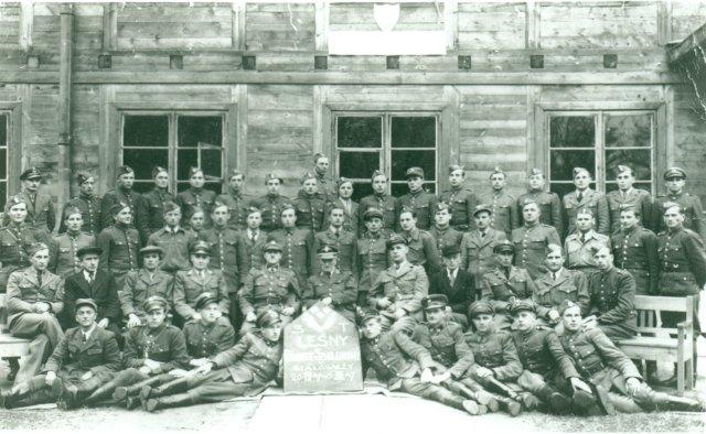 Zdjęcie historyczne absolwentów Ośrodka Szkolenia Robotników Leśnych w Białowieży