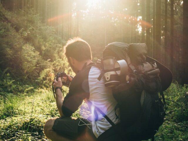 Chłopak robi zdjęcie w lesie